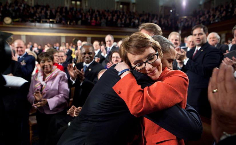 Barack Obama omfamnar Gabrielle Giffords vid State of the Union 2012. Marco Rubio ses i bakgrunden. Foto: Pete Souza