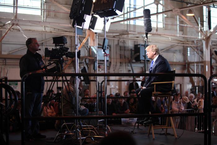 Donald Trump intervjuas via länk i en flyghangar i Mesa, Arizona. Foto: Gage Skidmore (CC BY-SA 2.)