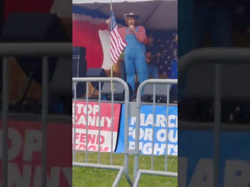 Sacha Baron Cohen sjunger i ett nytt prank med Trumpanhängare